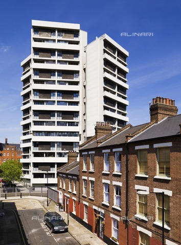HIP-S-000266-7903 - Keeling House, Claredale Street, Bethnal Green, Tower Hamlets, London, 2011. Designed in 1955 by Sir Denys Lasdun, Keeling House was built between 1957 and 1959 to provide council housing - Data dello scatto: 2011 - Historic England Archive / Heritage Images /Alinari Archives, Florence