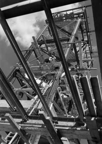 HIP-S-000266-7904 - Odeon Cinema under construction, Leicester Square, Westminster, London, 1937. Cellulose nitrate negative. The Alhambra in London's Leicester Square was demolished in 1936. It was replaced by the Odeon chain's flagship, steel-framed cinema, with its distinctive tower and polished black granite exterior. It was one of scores of Odeons recorded by the photographer John Maltby - Data dello scatto: 1937 - Historic England Archive / Heritage Images /Alinari Archives, Florence