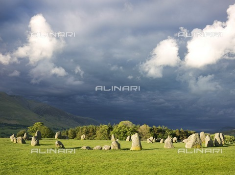 HIP-S-000266-7908 - Castlerigg Stone Circle, Cumbria, c2007. Dark storm clouds loom over the stones - Data dello scatto: 2007 ca. - Historic England Archive / Heritage Images /Alinari Archives, Florence
