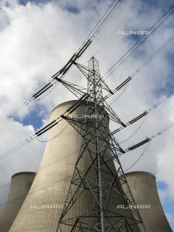 HIP-S-000266-7909 - Cooling towers and pylon, Didcot 'A' Power Station, Didcot, Oxfordshire, 2013 - Data dello scatto: 2013 - Historic England Archive / Heritage Images /Alinari Archives, Florence
