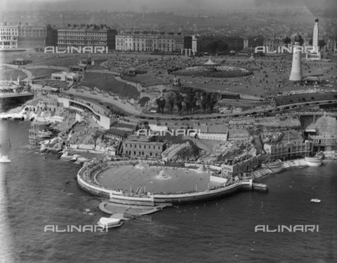 HIP-S-000266-7910 - Plymouth Hoe, Devon, 1937. From the Aerofilms Collection - Data dello scatto: 1937 - Historic England Archive / Heritage Images /Alinari Archives, Florence