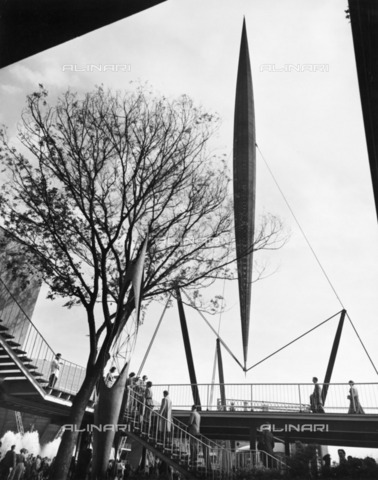 HIP-S-000266-7913 - The Skylon, Festival of Britain site, South Bank, Lambeth, London, 1951. The Skylon was designed by Hidalgo Moya, Philip Powell and Felix Samuely - Data dello scatto: 1951 - Historic England Archive / Heritage Images /Alinari Archives, Florence
