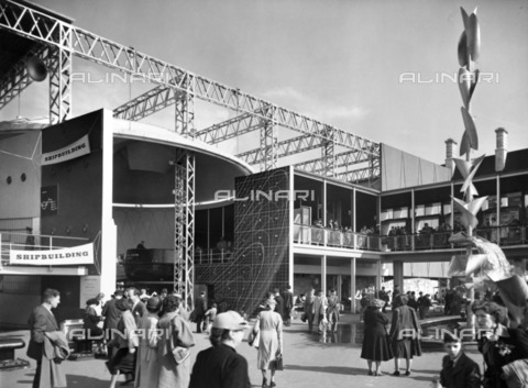 HIP-S-000266-7921 - Shipbuilding display, Festival of Britain, South Bank, Lambeth, London, 1951 Exterior view of part of the display with a modern fountain to the right - Data dello scatto: 1951 - Historic England Archive / Heritage Images /Alinari Archives, Florence