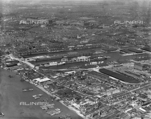 HIP-S-000266-7922 - East India Docks, London, 1937. The docks and surrounding warehouses with freighters loading and unloading - Data dello scatto: 1937 - Historic England Archive / Heritage Images /Alinari Archives, Florence