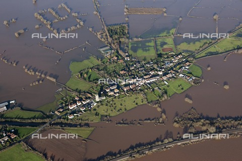 HIP-S-000266-7925 - Flooding around East Lyng, Somerset, 2014. At the end of the 9th century AD King Alfred the Great established a burh, or fortified settlement, at the eastern end of the Lyng ridge. The town was linked to the nearby stronghold and monastery at Athelney, founded by Alfred a few years earlier, and all were surrounded by the marshes of the Somerset Levels. This image, taken at the height of the flooding in the winter of 2013-2014, shows the logic behind the location of the settlement, now called East Lyng - Data dello scatto: 2014 - Historic England Archive / Heritage Images /Alinari Archives, Florence