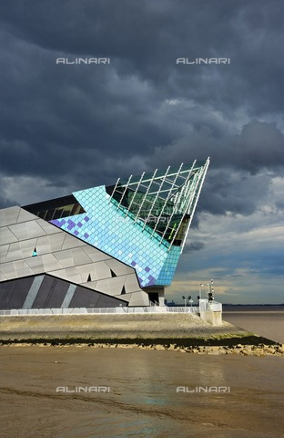 HIP-S-000266-7929 - The Deep, submarium and aquarium, Tower Street, Hull, Humberside, 2011. Designed by architect Sir Terry Farrell with funding from the National Lottery's Millennium Commission, The Deep opened in 2002 - Data dello scatto: 2011 - Historic England Archive / Heritage Images /Alinari Archives, Florence