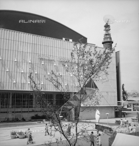HIP-S-000266-7934 - Royal Festival Hall, Festival of Britain, South Bank, Lambeth, London, 1951. The Royal Festival Hall viewed from the platform of the Lion and Unicorn Pavilion - Data dello scatto: 1951 - Historic England Archive / Heritage Images /Alinari Archives, Florence