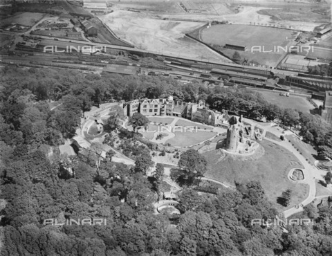 HIP-S-000266-7938 - Dudley Castle, West Midlands, 1939. Aerial view - Data dello scatto: 1939 - Historic England Archive / Heritage Images /Alinari Archives, Florence