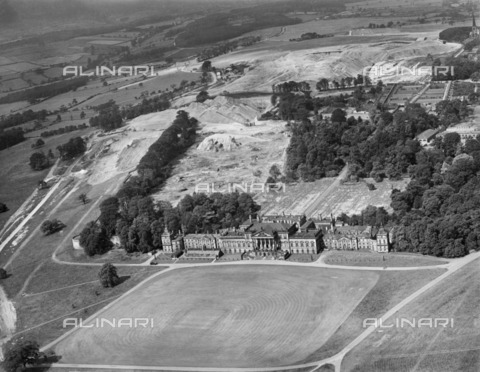 HIP-S-000266-7944 - Wentworth Woodhouse, Rotherham, South Yorkshire, 1946. Aerial view showing the scars of opencast coal mining on the estate behind the house - Data dello scatto: 1946 - Historic England Archive / Heritage Images /Alinari Archives, Florence