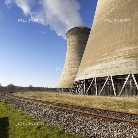 HIP-S-000266-7948 - Cooling towers, Didcot 'A' Power Station, Power Station Road, Didcot, Oxfordshire, 2013. General view of south-east natural draft cooling towers with railway track - Data dello scatto: 2013 - Historic England Archive / Heritage Images /Alinari Archives, Florence