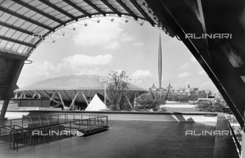HIP-S-000266-7958 - Festival of Britain site, South Bank, Lambeth, London, 1951. View of the upstream section of the exhibition site, seen from the Waterloo Station entrance, with the Dome of Discovery and the Skylon in the distance - Data dello scatto: 1951 - Historic England Archive / Heritage Images /Alinari Archives, Florence