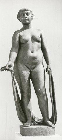 HIP-S-000266-7960 - Sculpture by John Mathews, Festival of Britain, South Bank, Lambeth, London, 1951. A plaster figure of a female nude sited outside the Homes and Gardens Pavilion at the South Bank Exhibition site - Data dello scatto: 1951 - Historic England Archive / Heritage Images /Alinari Archives, Florence