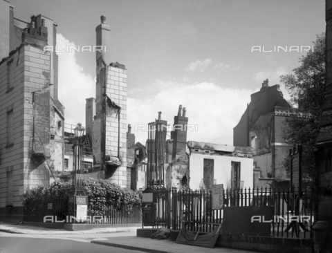 HIP-S-000266-7961 - Bombed ruins of No 1 Dix's Field, Exeter, Devon, 1942. Photographed for the National Buildings Record. Silver gelatin glass plate negative. The elegant, Regency-style No 1 Dix's Field in Exeter, was recorded before and after a Baedeker bombing raid in 1942. Based in Devon, Margaret Tomlinson was an architect and architectural historian who was ideally placed to record threatened buildings in the cities of Exeter and Plymouth. She photographed for the National Buildings Record (NBR) from 1941 and also worked as a NBR investigator from 1943. After the war she was active in the revival of the Victoria History of the Counties of England and was a listing investigator with the Ministry of Town and Country Planning - Data dello scatto: 1942 - Historic England Archive / Heritage Images /Alinari Archives, Florence