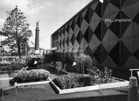 HIP-S-000266-7962 - Festival of Britain site, South Bank, Lambeth, London, 1951. Parterres outside the Homes and Gardens Pavilion. The Shot Tower can be seen in the distance - Data dello scatto: 1951 - Historic England Archive / Heritage Images /Alinari Archives, Florence