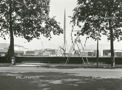 HIP-S-000266-7966 - Festival of Britain site, South Bank, Lambeth, London, 1951. A panorama of the upstream section of the exhibition from across the Thames, with the Skylon in the centre - Data dello scatto: 1951 - Historic England Archive / Heritage Images /Alinari Archives, Florence