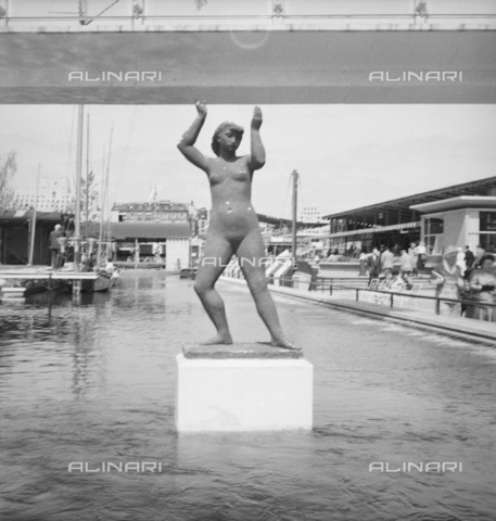 HIP-S-000266-7967 - Sculpture by Karin Jonzen of a female nude, Festival of Britain, South Bank, London, 1951 - Data dello scatto: 1951 - Historic England Archive / Heritage Images /Alinari Archives, Florence