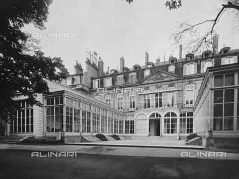 HIP-S-000267-2732 - British Embassy (Hotel de Charost), 39 Rue de Fauborg Saint Honore, Paris, France, 1964. The garden frontage of the ambassador's residence photographed for the Ministry of Public Building and Works - Data dello scatto: 1964 - Historic England Archive / Heritage Images /Alinari Archives, Florence