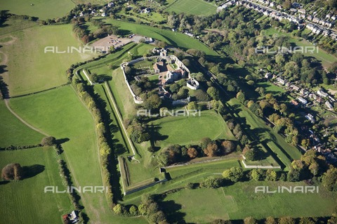 HIP-S-000267-2751 - Carisbrooke Castle, Isle of Wight, 2010. Aerial view. King Charles I was imprisoned in the castle prior to his trial - Data dello scatto: 2010 - Historic England Archive / Heritage Images /Alinari Archives, Florence