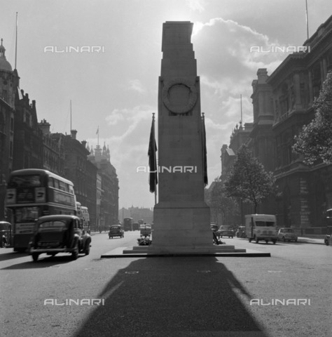 HIP-S-000267-2765 - The Cenotaph, looking south along Parliament Street, Whitehall, Westminster, London, 1959 - Data dello scatto: 1959 - Historic England Archive / Heritage Images /Alinari Archives, Florence