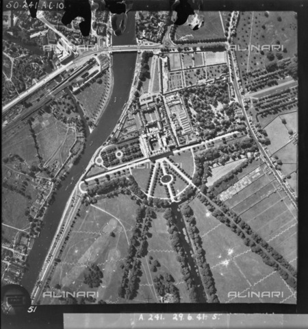 HIP-S-000267-2777 - Hampton Court Palace, Richmond upon Thames, London, 1941. Photographed by the RAF. There are anti-glider ditches in the park - Data dello scatto: 1941 - Historic England Archive / Heritage Images /Alinari Archives, Florence