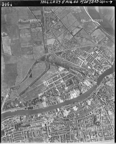 HIP-S-000267-2792 - Great Yarmouth, Norfolk, August 1944. Aerial photograph taken by the RAF showing bomb damage in the town - Historic England Archive / Heritage Images /Alinari Archives, Florence