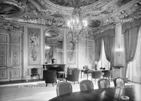 HIP-S-000267-2797 - Ambassador's Office, British Embassy (Hotel de Charost), 39 Rue de Fauborg Saint Honore, Paris, France, 1952. Photographed for the Ministry of Works - Data dello scatto: 1952 - Historic England Archive / Heritage Images /Alinari Archives, Florence