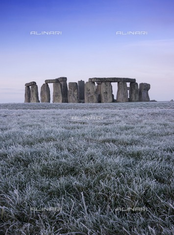 HIP-S-000267-2807 - Stonehenge, Wiltshire, 2007. View of the stone circle at early dawn - Data dello scatto: 2007 - Historic England Archive / Heritage Images /Alinari Archives, Florence