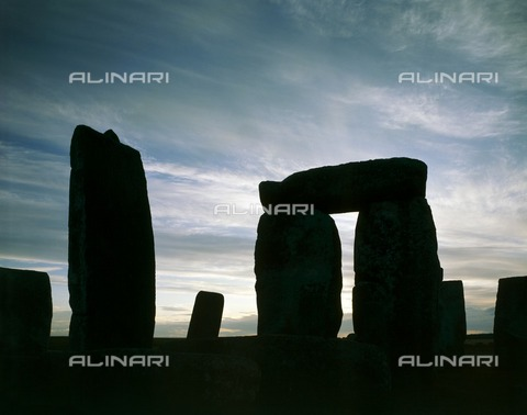 HIP-S-000267-2808 - Stonehenge, Wiltshire. Close-up evening view - Historic England Archive / Heritage Images /Alinari Archives, Florence