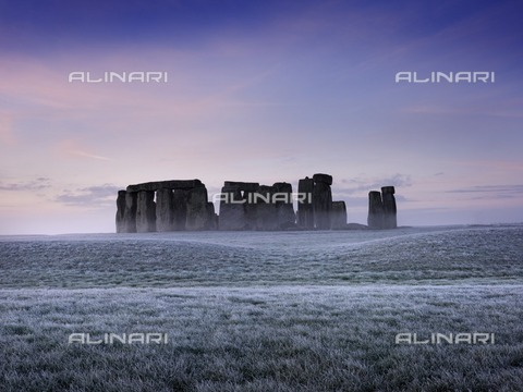 HIP-S-000267-2810 - View of the stone circle at early dawn, Stonehenge, Wiltshire, 2007 - Data dello scatto: 2007 - Historic England Archive / Heritage Images /Alinari Archives, Florence