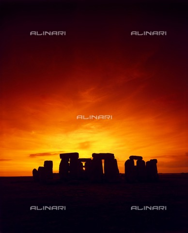 HIP-S-000267-2812 - Stonehenge, Wiltshire. Mid-summer sunset - Data dello scatto: 2008 - Historic England Archive / Heritage Images /Alinari Archives, Florence