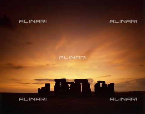 HIP-S-000267-2819 - Mid-summer sunset.Stonehenge, Wiltshire - Historic England Archive / Heritage Images /Alinari Archives, Florence