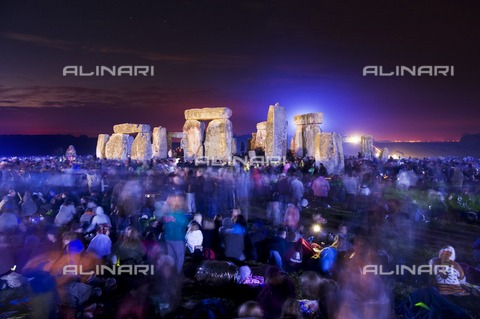 HIP-S-000267-2820 - Midsummer before dawn, summer solstice, Stonehenge, Wiltshire. View of crowds and lit stones - Historic England Archive / Heritage Images /Alinari Archives, Florence
