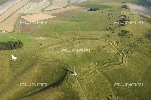HIP-S-000267-7964 - Cherhill Down, Wiltshire, c2011-c2016. General aerial view showing the obelisk, hillfort (Oldbury Castle) and white horse - Data dello scatto: 2011-2016 - Heritage Images/Archivi Alinari, Firenze, Historic England Archive