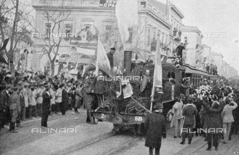 IIB-S-009212-0047 - Journalistic photo, taken in Athens upon the return of King Constantine. At the center of the photo a exultant crowd welcomes the train which carries the royal family - Date of photography: 01/1921 - Library of Fratelli Alinari Museum of the History of Photography, Florence