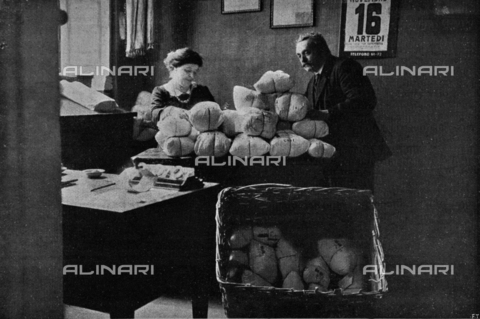 "IIB-S-091550-499B - Civil mobilization during the First World War: the packaging of the parcel of the soldier by the Committee of Porta Genova in Milan. Photography taken from the magazine ""L 'Illustration Italian"" of December 12, 1915, n. 50, page 499"