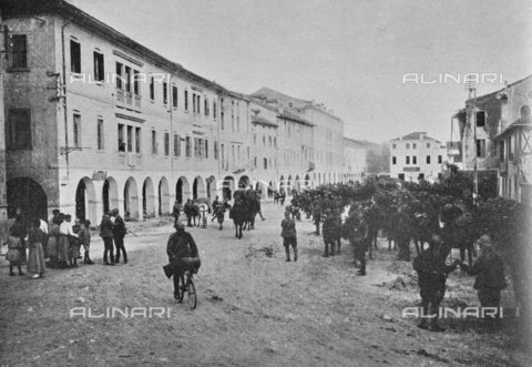 """IIB-S-091845-404A - The Italian troops in the invasion of invaded lands: Italian infantry, cavalry and bicycle soldiers leave Conegliano to Vittorio Veneto. Photography taken from the magazine """"The Italian Illustration"""" of November 10, 1918, no. 45, page 404 - Date of photography: 01/10/1918-09/11/1918 - Library of Fratelli Alinari Museum of the History of Photography, Florence"""