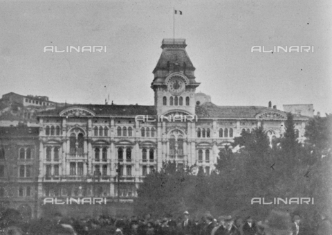 """IIB-S-091845-414A - The tricolor waves on the tower of the City of Trieste on November 2 at 2.30 pm the day before the signature of the armistice between the Austro-Hungarian Empire and Italy, allied with the Triple Intesa (the United Kingdom, France and the Russia); the agreement ensured the annexation of Trento and Trieste to the Kingdom of Italy. Photography taken from the magazine """"The Italian Illustration"""" of November 10, 1918, no. 45, page 414A - Date of photography: 02/11/1918 - Library of Fratelli Alinari Museum of the History of Photography, Florence"""