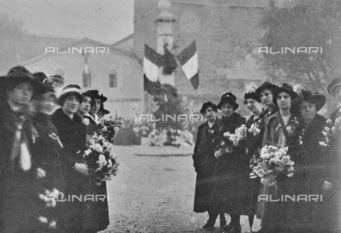 """IIB-S-091845-414B - """"Trieste girls in front of San Giusto waiting for bersaglieri"""" on the days of the signature of the armistice between the Austro-Hungarian Empire and Italy, allied with the Triple Intesa (UK, France and Russia); the agreement ensured the annexation of Trento and Trieste to the Kingdom of Italy. Photography taken from the magazine """"The Italian Illustration"""" of November 10, 1918, no. 45, page 414B - Date of photography: 02-04/11/1918 - Library of Fratelli Alinari Museum of the History of Photography, Florence"""