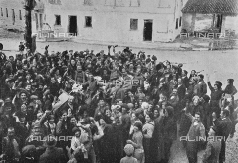 """IIB-S-091845-430A - The first soldiers of the Italian army acclaimed on arrival by the people of Trevignano on the days of the signature of the armistice between the Austro-Hungarian Empire and Italy, allied with the Triple Intesa (the United Kingdom, France and Russia) . Photography taken from the magazine """"L' Illustrazione italiana"""" of November 10, 1918, no. 45, page 430A - Date of photography: 03-09/11/1918 - Library of Fratelli Alinari Museum of the History of Photography, Florence"""
