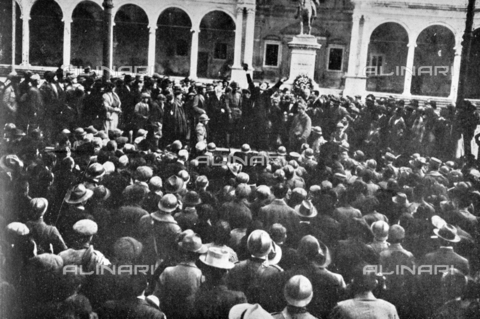 """IIB-S-091845-431A - """"In Udine on the morning of November 5th - Di Caporiacco at the crowding crowd: I can only say a word: Live Italy!"""". The liberation after the signature of the armistice between the Austro-Hungarian Empire and Italy, allied with the Triple Intesa (the United Kingdom, France and Russia) . Photography taken from the magazine """"L' Illustrazione italiana"""" of November 10, 1918, no. 45, page 431A - Date of photography: 05/11/1918 - Library of Fratelli Alinari Museum of the History of Photography, Florence"""