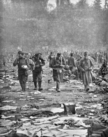 """IIB-S-091846-0448 - First World War: Austrian prisoners in a camp in Trento. Photography taken from the magazine """"L' Illustrazione italiana"""" of November 17, 1918, no. 46, page 448 - Date of photography: 03-16/11/1918 - Library of Fratelli Alinari Museum of the History of Photography, Florence"""