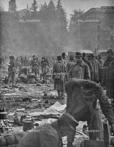 """IIB-S-091846-0449 - First World War: Austrian prisoners in a camp in Trento. Photography taken from the magazine """"L' Illustrazione italiana"""" of November 17, 1918, no. 46, page 448 - Date of photography: 03-16/11/1918 - Library of Fratelli Alinari Museum of the History of Photography, Florence"""