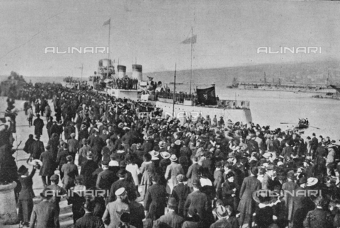 """IIB-S-091846-435A - The shipwrecked Audace ship, with King Vittorio Emanuele III on board, accompanied by Armando Diaz and Pietro Badoglio, joined the San Carlo Trieste jetty, which was renamed Audace for the occasion. Photography taken from the magazine """"L' Illustrazione italiana"""" of November 17, 1918, no. 46, page 435A - Date of photography: 10/11/1918 - Library of Fratelli Alinari Museum of the History of Photography, Florence"""