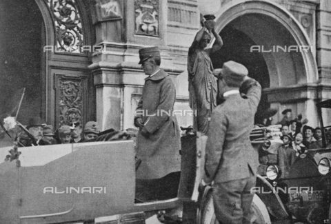 """IIB-S-091846-435B - King Vittorio Emanuele III in front of the Trieste City Hall welcomed by the crowd after the liberation of the city.. Photography taken from the magazine """"L' Illustrazione italiana"""" of November 17, 1918, no. 46, page 435B - Date of photography: 10/11/1918 - Library of Fratelli Alinari Museum of the History of Photography, Florence"""