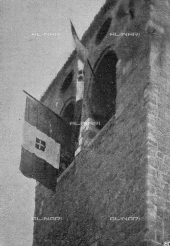 """IIB-S-091846-438A - First World War: Tricolor flags raised by bersaglieri on the bell tower of the San Giusto cathedral after the liberation of the city of Trieste. Photography taken from the magazine """"L' Illustrazione italiana"""" of November 17, 1918, no. 46, page 438A - Date of photography: 03-16/11/1918 - Library of Fratelli Alinari Museum of the History of Photography, Florence"""