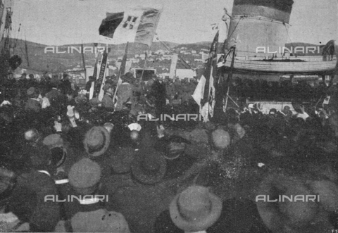 """IIB-S-091846-438B - First World War: a crowd of Trieste greets King Vittorio Emanuele III, accompanied by Generals Armando Diaz and Pietro Badoglio, just descended from the ship destroyer Audace after the liberation of the city of Trieste. Photography taken from the magazine """"L' Illustrazione italiana"""" of November 17, 1918, no. 46, page 438B - Date of photography: 10/11/1918 - Library of Fratelli Alinari Museum of the History of Photography, Florence"""