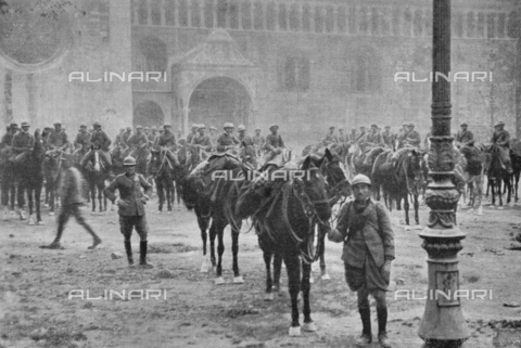 """IIB-S-091846-439A - First World War: the Cavalry of the Italian Army in Piazza Duomo in Trento after the liberation. Photography taken from the magazine """"L' Illustrazione italiana"""" of November 17, 1918, no. 46, page 439A - Date of photography: 03-16/11/1918 - Library of Fratelli Alinari Museum of the History of Photography, Florence"""