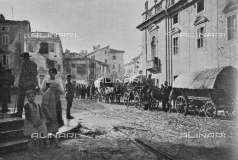 """IIB-S-091846-446B - First World War: soldiers and Austrian wagons in a street in the town of Gorizia already liberated by the Italian army. Photography taken from the magazine """"L' Illustrazione italiana"""" of November 17, 1918, no. 46, page 446B - Date of photography: 03-16/11/1918 - Library of Fratelli Alinari Museum of the History of Photography, Florence"""