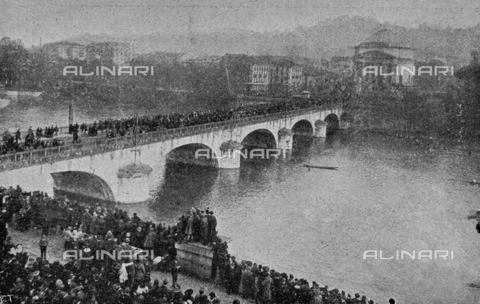 """IIB-S-091846-452A - First World War: Crowd on Ponte Vittorio Emanuele I Bridge in Turin during the celebrations for the end of the war. Photography taken from the magazine """"L' Illustrazione italiana"""" of November 17, 1918, no. 46, page 446B - Date of photography: 11-16/11/1918 - Library of Fratelli Alinari Museum of the History of Photography, Florence"""