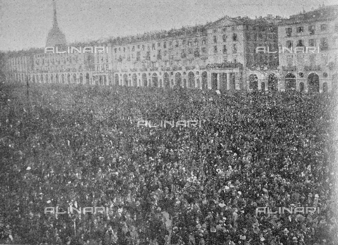 """IIB-S-091846-452B - First World War: crowd in Piazza San Carlo in Turin during the celebrations for the end of the war. Photography taken from the magazine """"L' Illustrazione italiana"""" of November 17, 1918, no. 46, page 452B - Date of photography: 11-16/11/1918 - Library of Fratelli Alinari Museum of the History of Photography, Florence"""